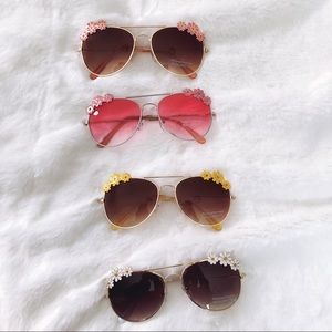 💰⬇️Flower Accented Trim Aviators Sunglasses